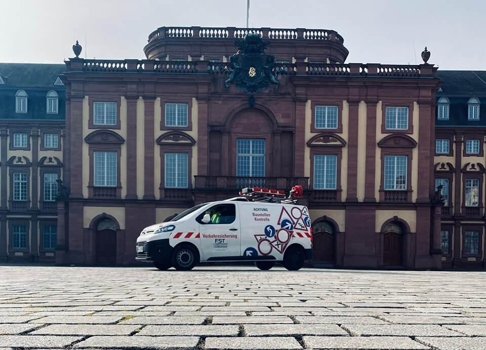 FST Auto vor dem Mannheimer Schloss